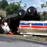 เกิดอุบัติเหตุรถบรรทุกน้ำมันเบนซินพลิกคว่ำ