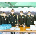 รร.เสนาธิการทหารบก นำกำลังพลมอบอาหาร-น้ำดื่ม ให้กับประชาชน